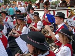MV Harmonie Tennenbronn beim Dorfbesen in Locherhof_5